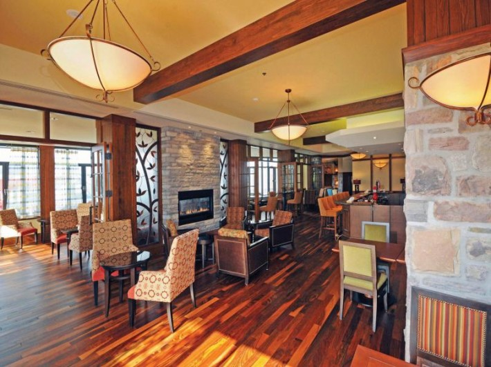 fairmont-tremblant-nansen-bar-area